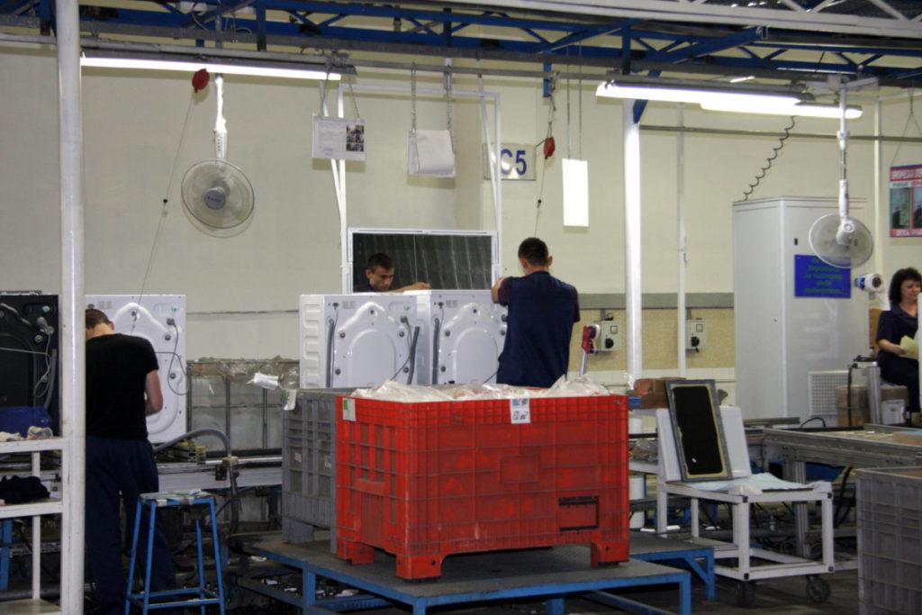 Цех по сбору холодильников и основной процесс работы на фабрике турецкой компании Беко