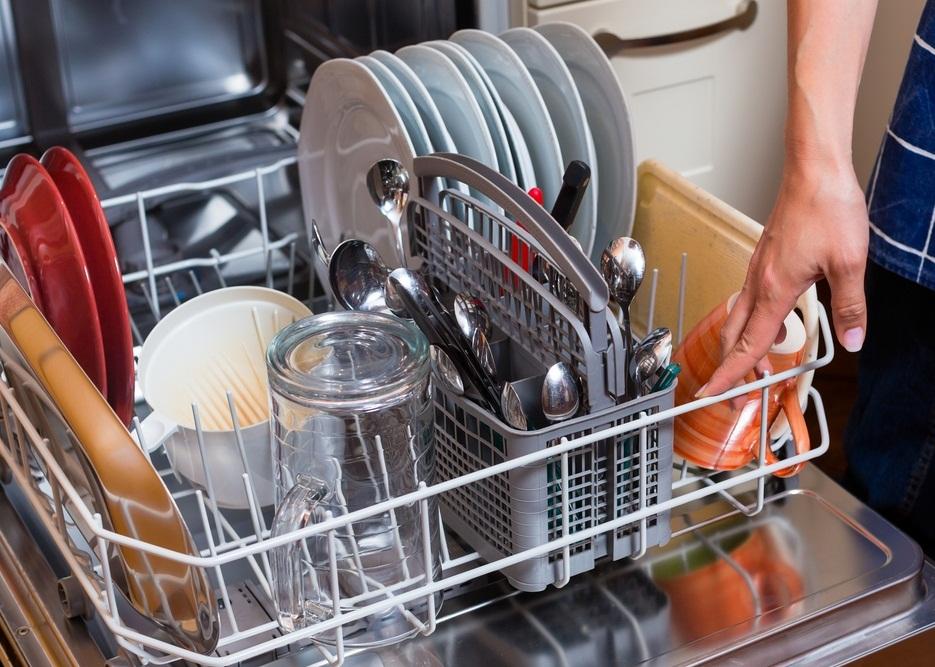 При запуске посудомоечной машины важно правильно разместить грязную посуду в лотках бункера