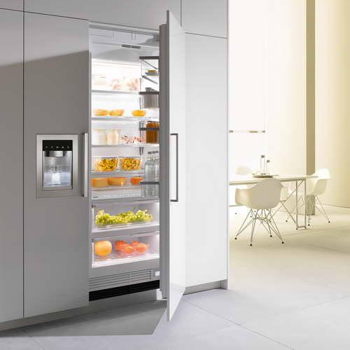 Большой встроенный холодильник компании Аско с вертикальной морозилкой и функцией подачи холодных напитков