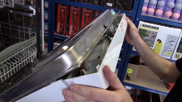 Снятие декоративной панели с дверцы посудомоечной машины для диагностики работоспособности замка