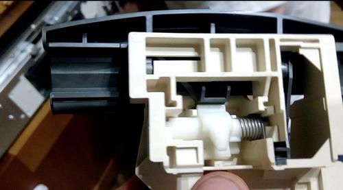 Проверка блокировочного замка дверцы посудомоечной машины в случае, если она перестала закрываться