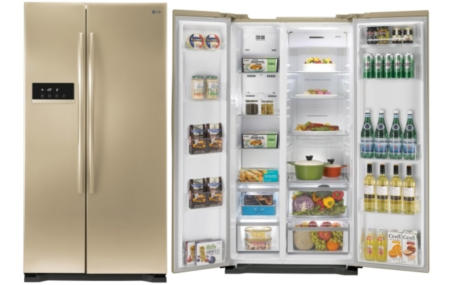 Пример большого двухдверного холодильника типа бок о бок, с высокой морозильной камерой и электронной панелью