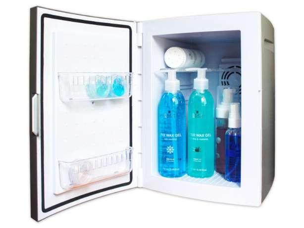 Стильный холодильник для хранения косметики в домашних условиях с толстыми стенками и обтекающими формами