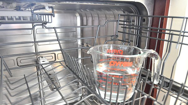 Для устранения неприятного запаха из посудомоечной машины народными методами используйте уксус