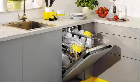 При самостоятельной установки посудомоечной машины на кухне выбирайте место ближе к раковине