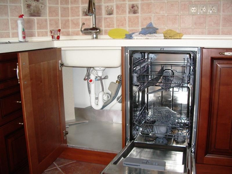 Вариант размещения посудомоечной машины на малогабаритной кухне между мойкой и плитой