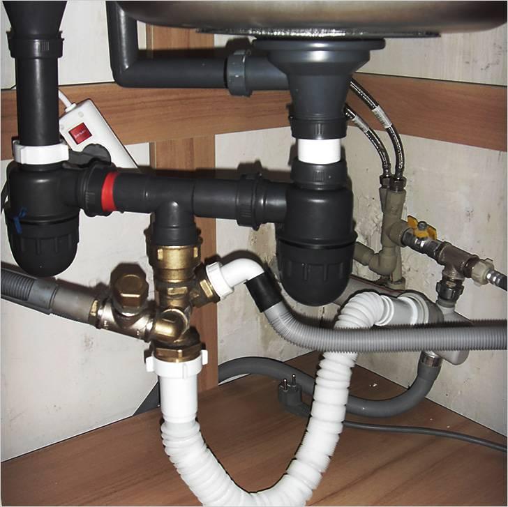 Пример организации слива под раковиной при подключении большого количества приборов с использованием нескольких сифонов