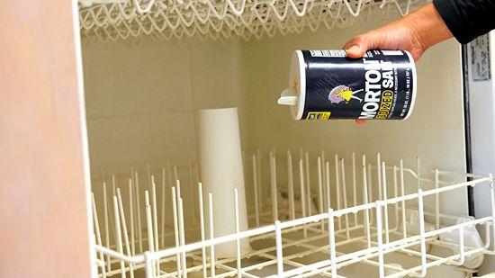 Устранить образование излишней пены в посудомоечной машине поможет уксус со слоем соли