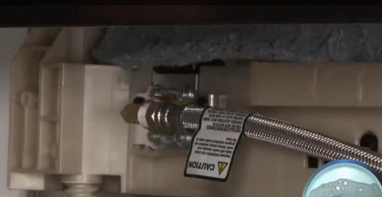 Надежное крепление армированного заливного шланга к посудомоечной машине специальными болтами