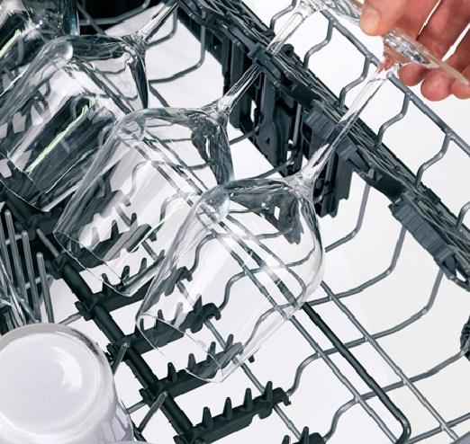 Специальные мягкие держатели обеспечивают сохранность хрупкой посуды