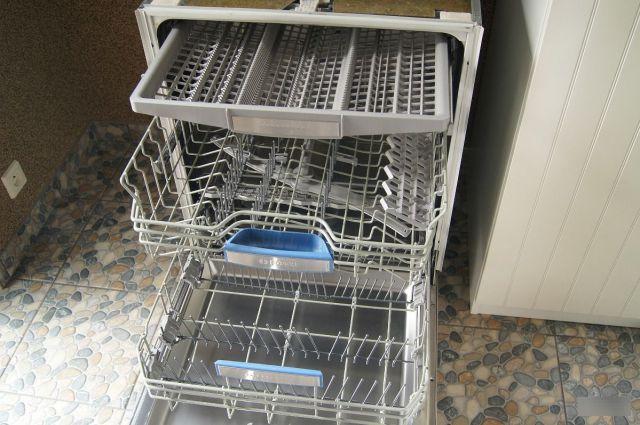 Откидные полочки в некоторых моделях - решают вопрос габаритности посуды