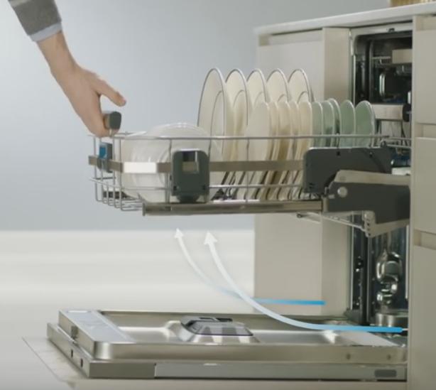 Корзина с подъемным механизмом Comfort Lift обеспечивает большее удобство загрузки посуды