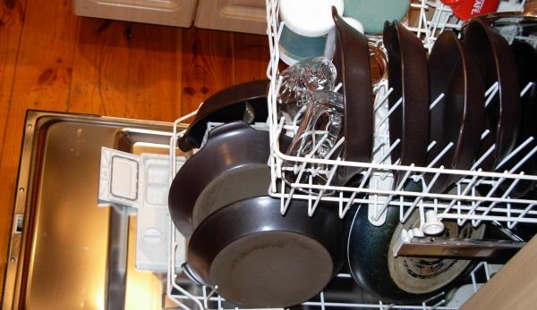 При мытье сковородок в ПММ их следует переворачивать вверх дном или устанавливать боком
