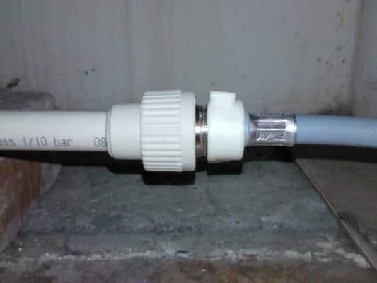 Присоединение заливного шланга посудомоечной машины к водопроводу путем наращивания с герметизацией