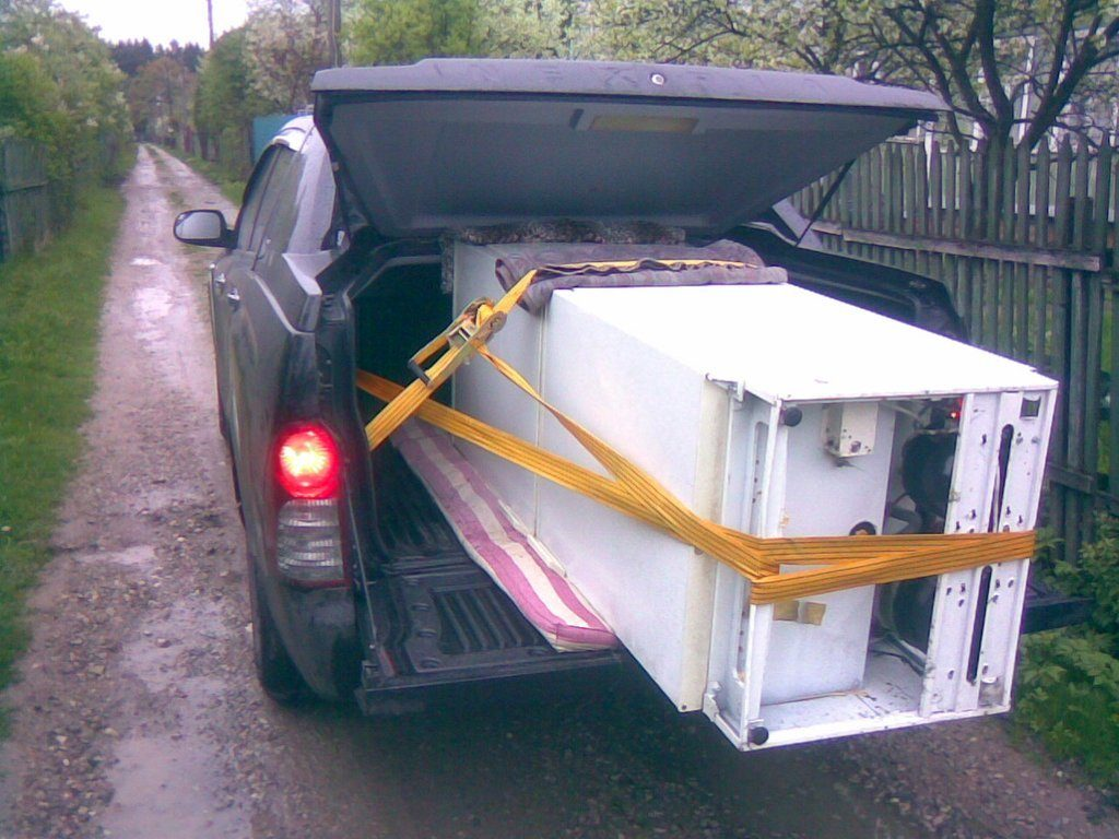 Вариант перевозки бытового холодильника на боку в обыкновенной машине в бортовым багажником