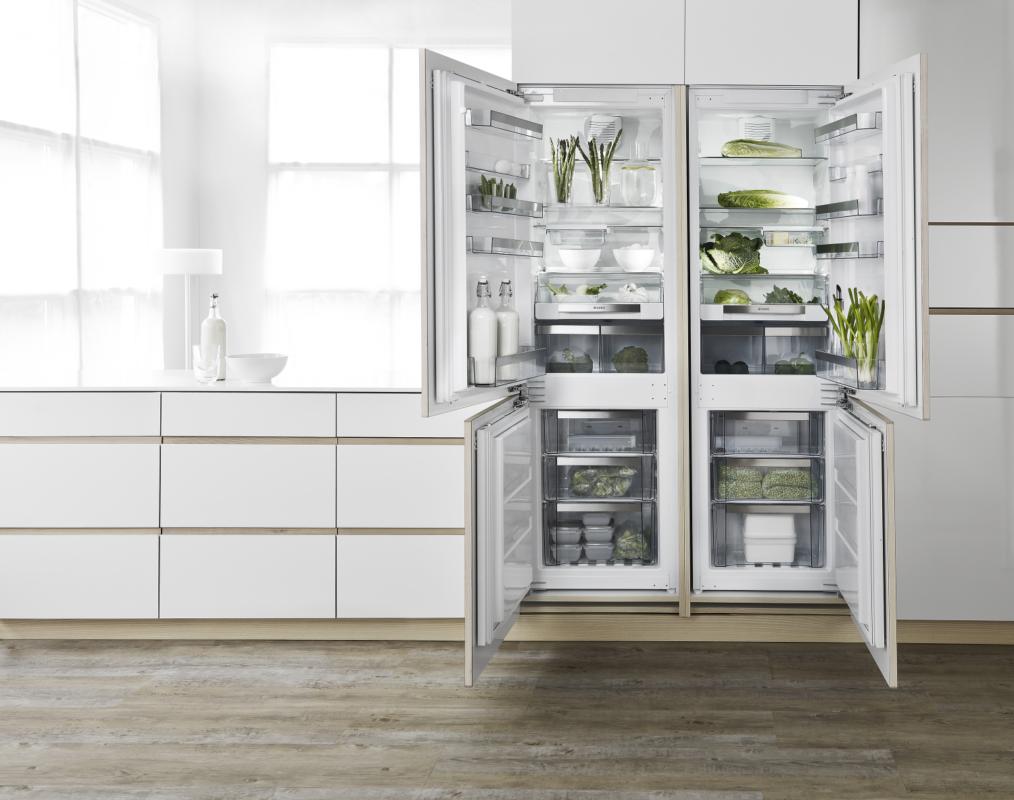 Пример расположения двух встроенных холодильников Аско RFN2274I в кухню с перевешенными дверцами