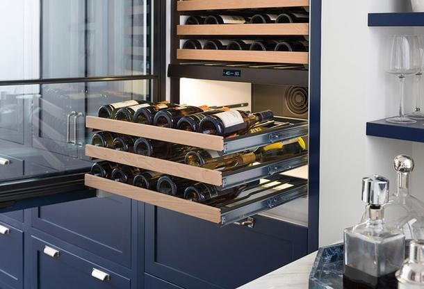 Встраиваемый винный шкаф с выдвигающимися полками на полозьях для хранения бутылок