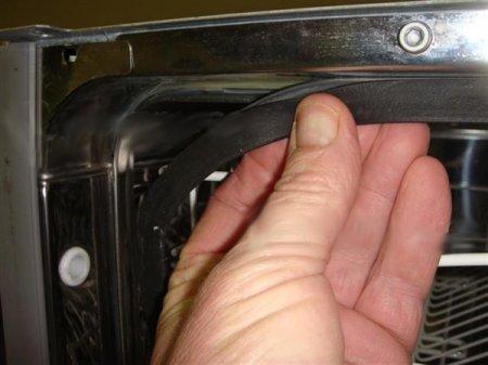 Проверка надежного крепления герметизирующего полотна на дверце посудомоечной машины при неисправности