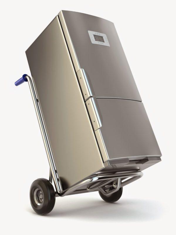 Удобный способ перевозки холодильника с использованием специальной подставки на колесах