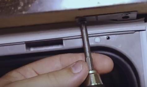 Выкрутить винты крепления к столешнице