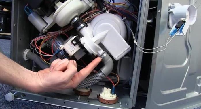 При замене сливного шланга в посудомоечной машине проверьте надежность крепления к сливному насосу