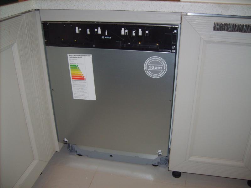 Пример расположения широкой полновстраиваемой посудомоечной машины и навешивания декоративного фасада