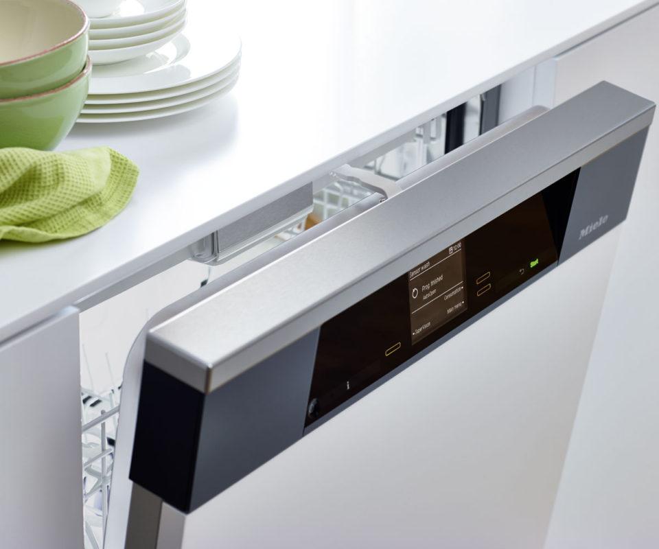 Пример встроенной посудомоечной машиной с открытой электронной панелью задач на дверце