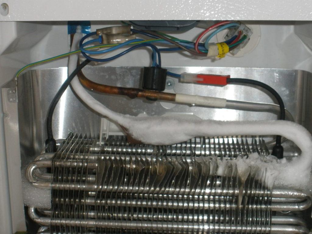При неправильной транспортировке холодильника возможно его повреждение и утечка хладагента