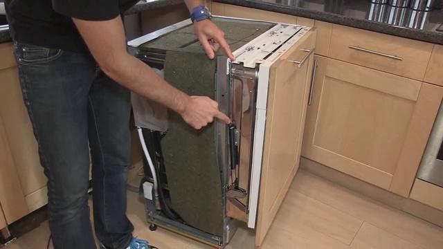 Регулировка посудомоечной машины при установке для избежания перекосов и деформации двери