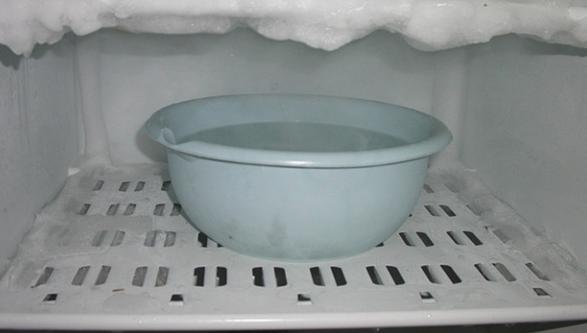 Подставляйте посуду для сбора жидкости в холодильник