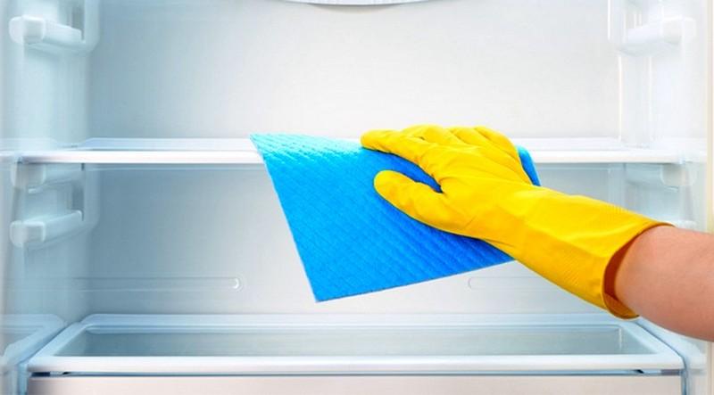 Очищайте поверхности мягкой салфеткой или губкой