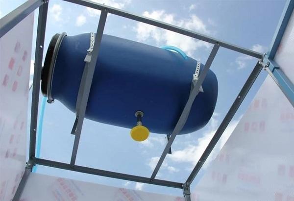 Надежно укрепите бак на крыше