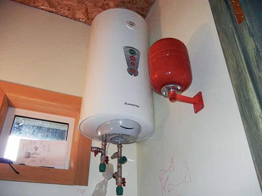 Накопительный подвесной электробойлер