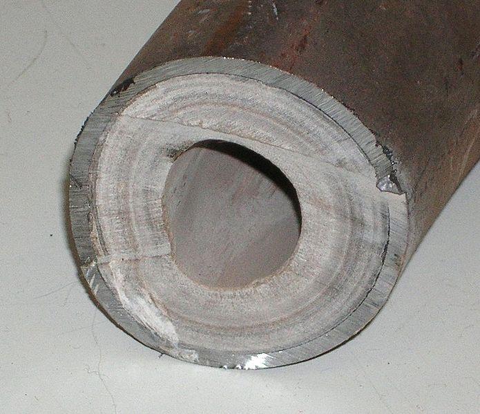Накипь внутренних стенок трубы