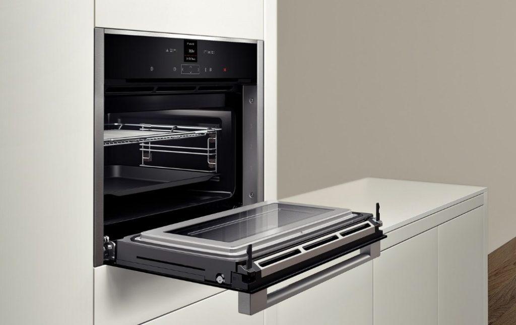 Духовка C17MR02N0 в интерьере кухни