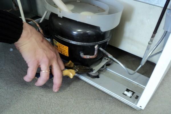 Открутите крепежные болты для демонтажа компрессора