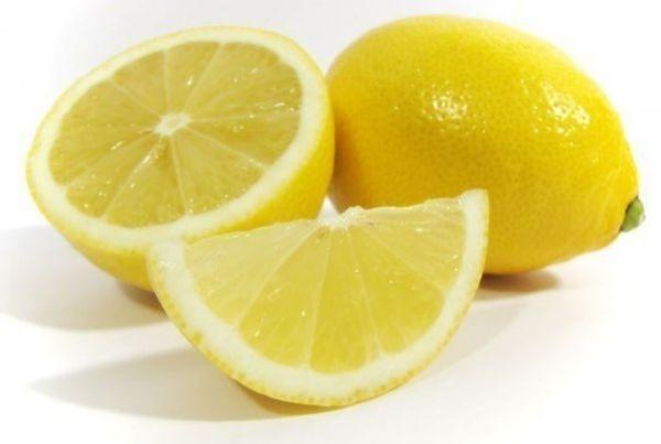 Лимоном следует протирать поверхности внутри холодильника