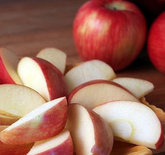 Яблоко поможет удалить запахи