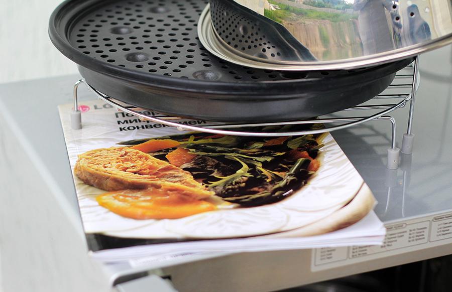 Посуда и аксессуары к СВЧ обычно идут в комплекте