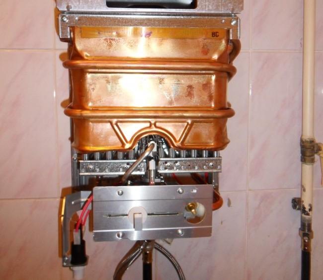 Смонтированная новая газовая колонка