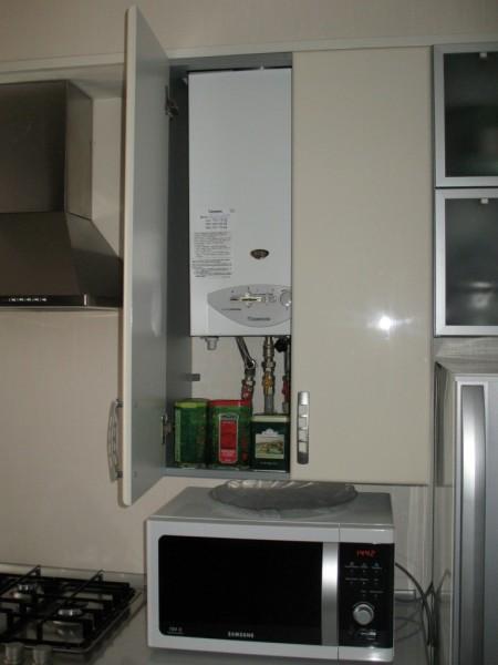 Газовая колонка в навесном шкафу