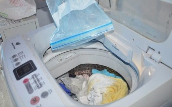 Загрузка моющих средств в полуавтоматическую стиральную машину