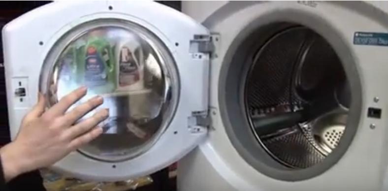 Открытая дверца стиралки