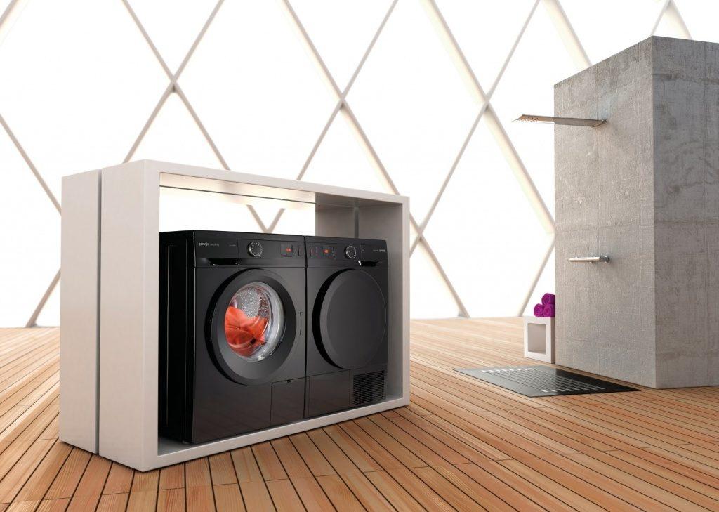 Черные стиральная и сушильная машины в интерьере
