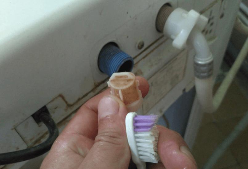 Входной фильтр можно почистить зубной щеткой