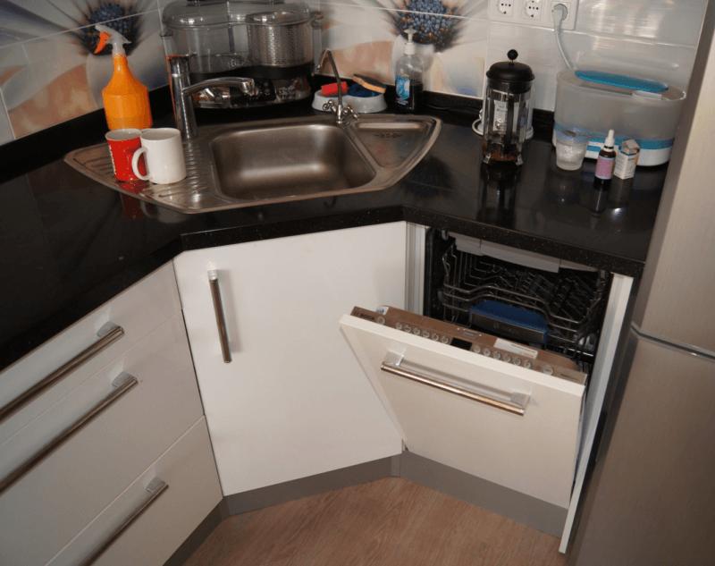 Угловое размещение раковины на кухне